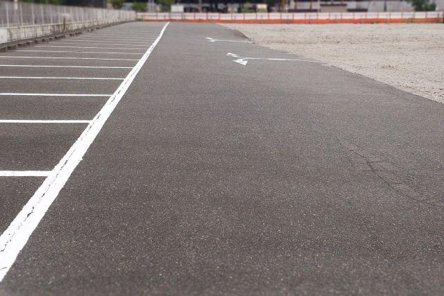 アスファルトで出来た駐車場